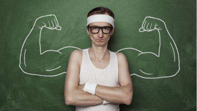Imagem de um home magro e com desenho de braços fortes atrás